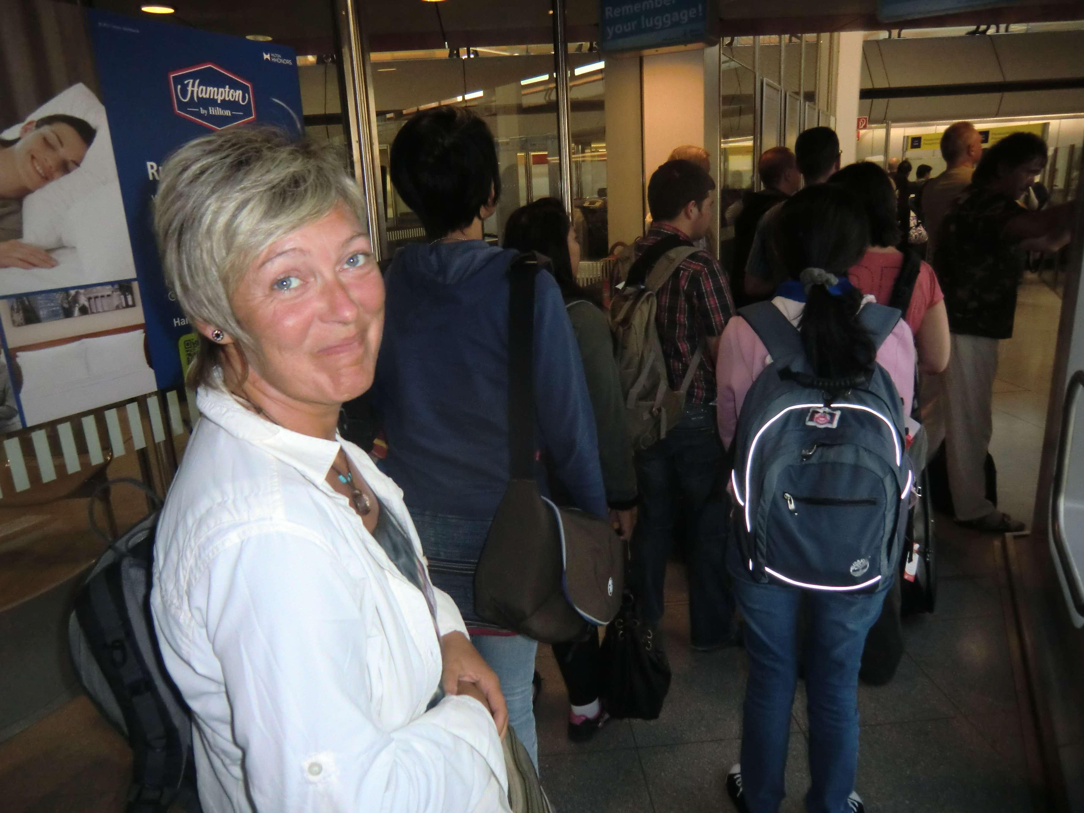 warten an der Passkontrolle...hoffentlich lassen die uns nicht rein und schieben uns ab nach Thailand !! ;-)